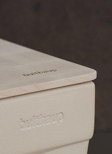 Der Brotcontainer besticht durch die zeitlose Eleganz seines Materials Steingut und seiner hauchdünnen, aber stabilen Ausführung. (Foto: bulthaup)