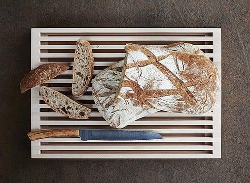 Das Brotschneidbrett wurde mit einem praktischen Auszug designt, in den die Krümel fallen und leicht entsorgt werden können. (Foto: bulthaup)