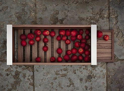 Der wild-romantische Obstkorb lässt sich ganz pragmatisch im Inneren eines bulthaup-Auszugs integrieren. (Foto: bulthaup)
