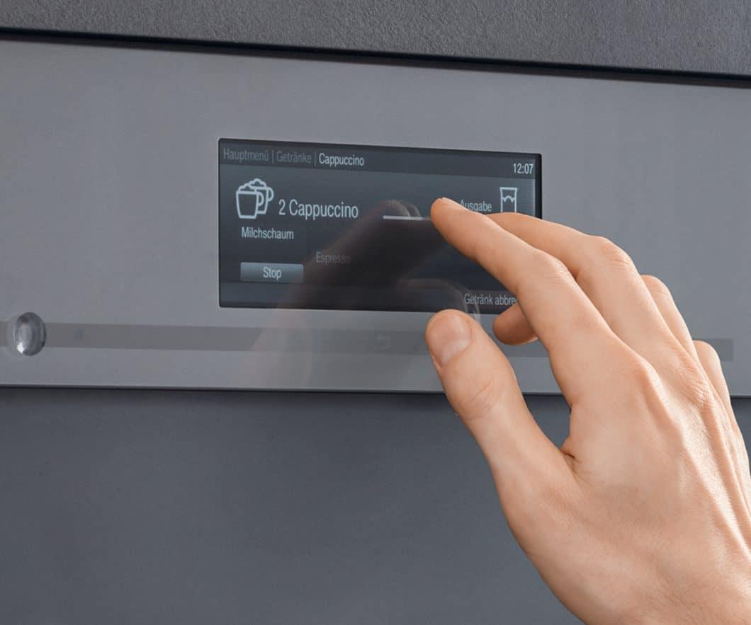 """Wird die Einsteiger-Version noch mit dem """"DirectSensor"""" als Steuerungspaneel bedient, kann in der Premiumklasse das """"M Touch""""-Display integriert werden, der eine Steuerung des Backofens wie auf einem Smartphone-Display zulässt. (Foto: Miele)"""