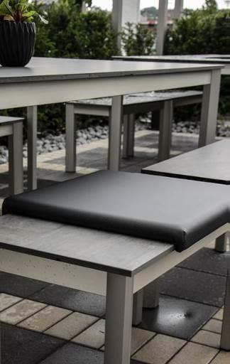Der Tisch aus Porzellankeramik ist absolut witterungsbeständig, uv-undurchlässig und feuerfest. Somit kann er auch entspannt im Outdoor-Bereich eingesetzt werden. (Foto: Rosskopf + Partner)