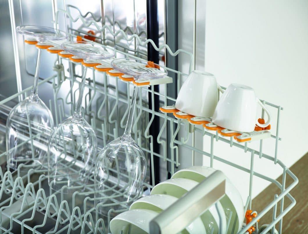 Dank der FlexCare-Gläserhalter und integrierter Silikonpolster können auch empfindliche Weingläser und Tassen unbedenklich gespült werden. (Foto: Miele)