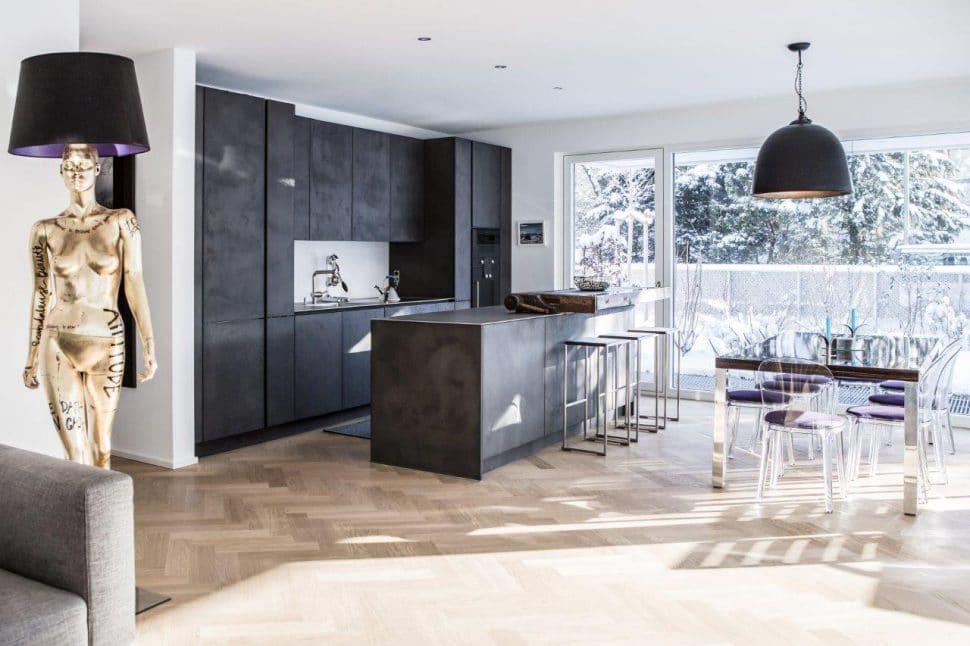"""""""Ultra Violet"""" lässt sich in Accessoires rund um die Küche integrieren - beispielsweise als Teil des Lampenschirms oder als Sitzauflage am angrenzenden Esstisch. (Foto: Dross&Schaffer München West)"""