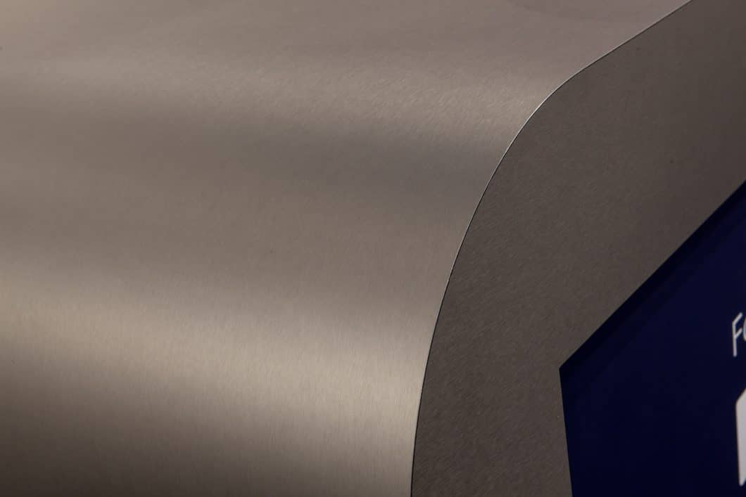 Sinnlich gebogenes Metall in einer soft-matten Struktur: Das ist Fenix NTA, der neue Werkstoff aus dem Hause Arpa. Das Material kann perfekt für Küchenoberflächen aller Art eingesetzt werden. (Foto: Arpa Industriale)