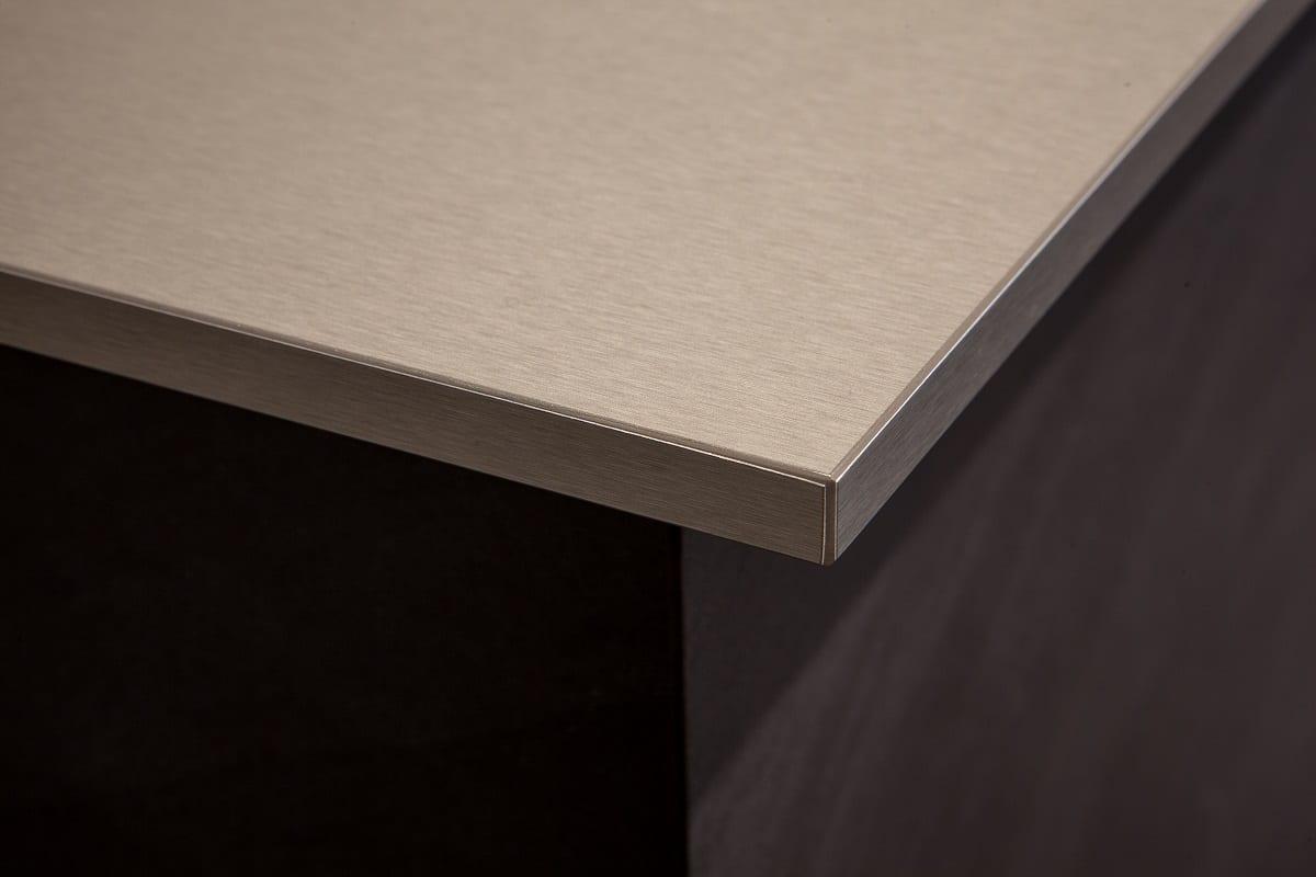 Fenix NTA ist ein hauchdünnes Nano Tech-Material, das auf eine Trägerplatte aufgetragen und verhärtet wird. Das Verfahren der Elektronenstrahlverhärtung garantiert beste Eigenschaften beim Material. (Foto: Arpa Industriale)
