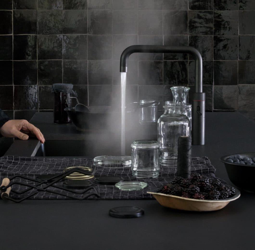 """Der Quooker in Schwarz ist in den Ausführungen """"Fusion Square"""" (im Bild) und """"Fusion Round"""" erhältlich. Die matte dunkle Farbe passt perfekt zum eleganten Anblick der Küche. (Foto: Quooker)"""