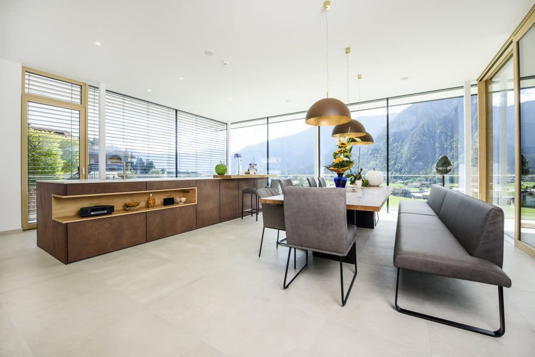 Die Gewinnerküche des LEICHT Global Kitchen Design Award kommt aus Österreich - und überzeugt nicht nur mit dem Blick aus dem Fenster. (Foto: Couchzone)