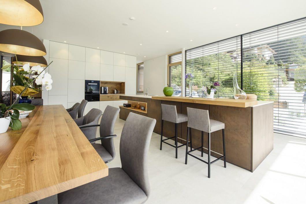 Der großzügige, offene Küchenraum ist zentral in drei große Bereiche - Kochen, Essen, Verstauen - aufgeteilt. (Foto: Couchzone)