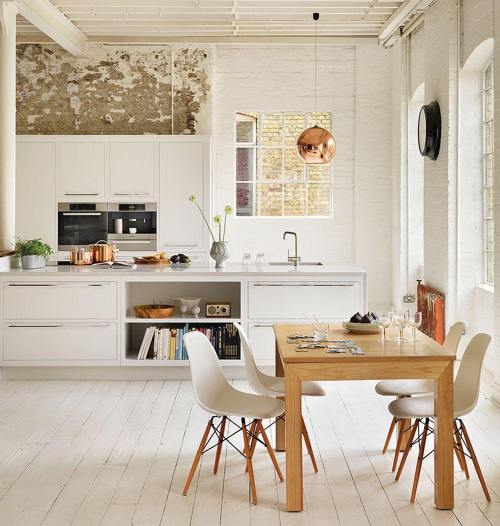 Damit die blitzblanken Edelstahlgriffe dieser Küche auch so funkelnd bleiben, müssen sie regelmäßig geputzt werden. Außerdem muss man beim gemeinsamen Kochen Acht auf die Kanten geben. (Foto: Decoist)