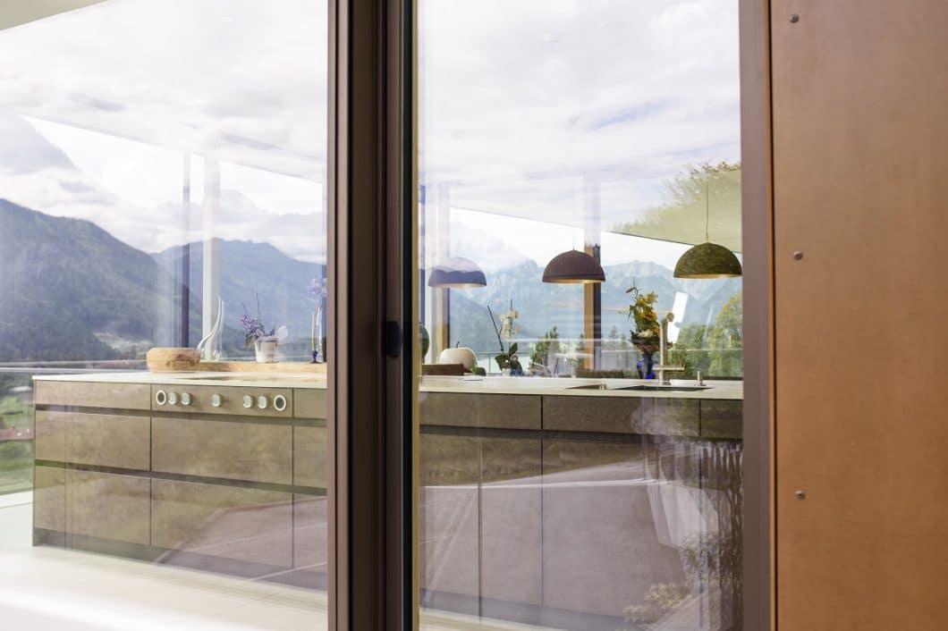 Der atemberaubende Blick auf den Achensee und die bewaldeten Berge kommt in dieser Küche besonders gut zur Geltung. Überzeugt hat die Jury aber der hochwertige Innenausbau durch die Couchzone aus Innsbruck. (Foto: Couchzone)