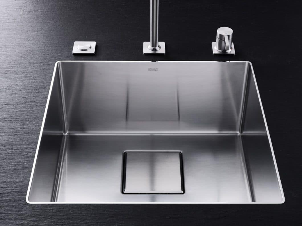 Spot on: Erstmals seit Firmenbestehen präsentiert das Unternehmen auf der Küchenmeile A30 neben hochwertigen Armaturen auch dazu optimierte Spülbecken, die diesen in ästhetischer Eleganz nichts nachstehen. (Foto: KWC)