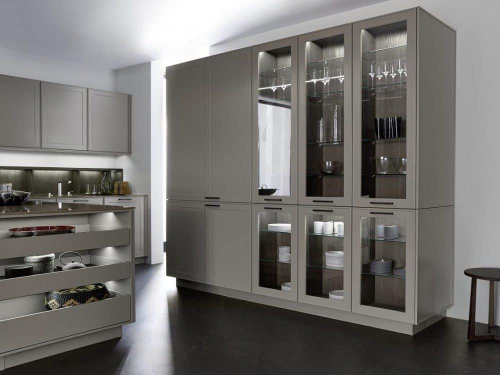 Zum modernen Landhauslook oder dem skandinavischen Küchenstil gehören oftmals auch ins Design integrierte Griffe, deren Material und Farben ebenso Akzente setzen. Diese Schubladen sind griffig und leicht zu bedienen. (Foto: LEICHT/ Verve)