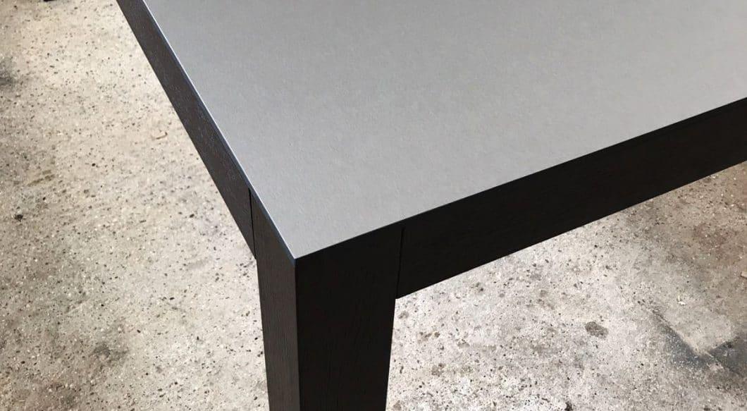 """Metall wird in der Küche gern als Teil des Industrial Styles eingesetzt - zusammen mit Beton, Naturstein und Leder werden die """"kühlen"""" Materialien in eine warme Umgebung versetzt und garantieren so den modernen Anschliff eines Zimmers. (Foto: Arpa Industriale)"""