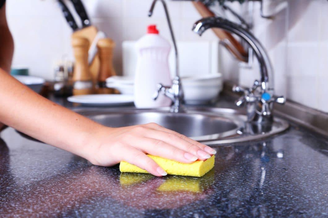 Um Ihren Naturstein richtig pflegen zu können, genügt schon ein weicher (kein abrasiver!) Schwamm und lauwarmes Wasser. Küchenhersteller können Ihnen zusätzlich eine Spezialimprägnierung empfehlen, die zur jeweiligen Steinsorte passt. Alle 1-2 Jahre können Sie Ihren Oberflächen so neuen Schutz verleihen. (Foto: stock)