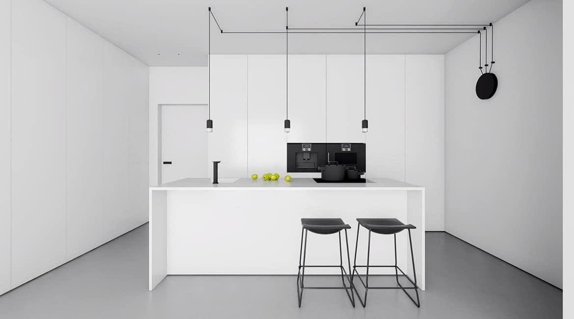 Strikt minimalistisch und pur gibt sich diese weiße küche die geradlinig geplant wurde und lediglich mit wenigen schwarzen accessoires versehen ist