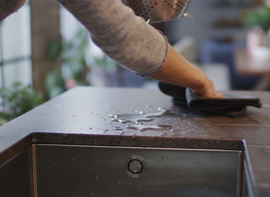 Naturstein ist robust - aber auch empfindlich gegenüber Flecken und Wasser. Wir zeigen Ihnen, wie Sie Ihren Naturstein richtig pflegen, damit er noch jahrelang glänzt. (Foto: team7)