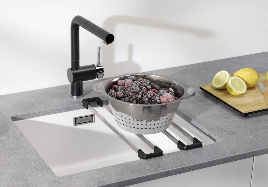Mit dem richtigen Zubehör für die Spüle kann ein einfaches Becken zu einem multifunktionalen Ort der Lebensmittelzubereitung in der Küche werden. BLANCO macht's vor. (Foto: BLANCO)