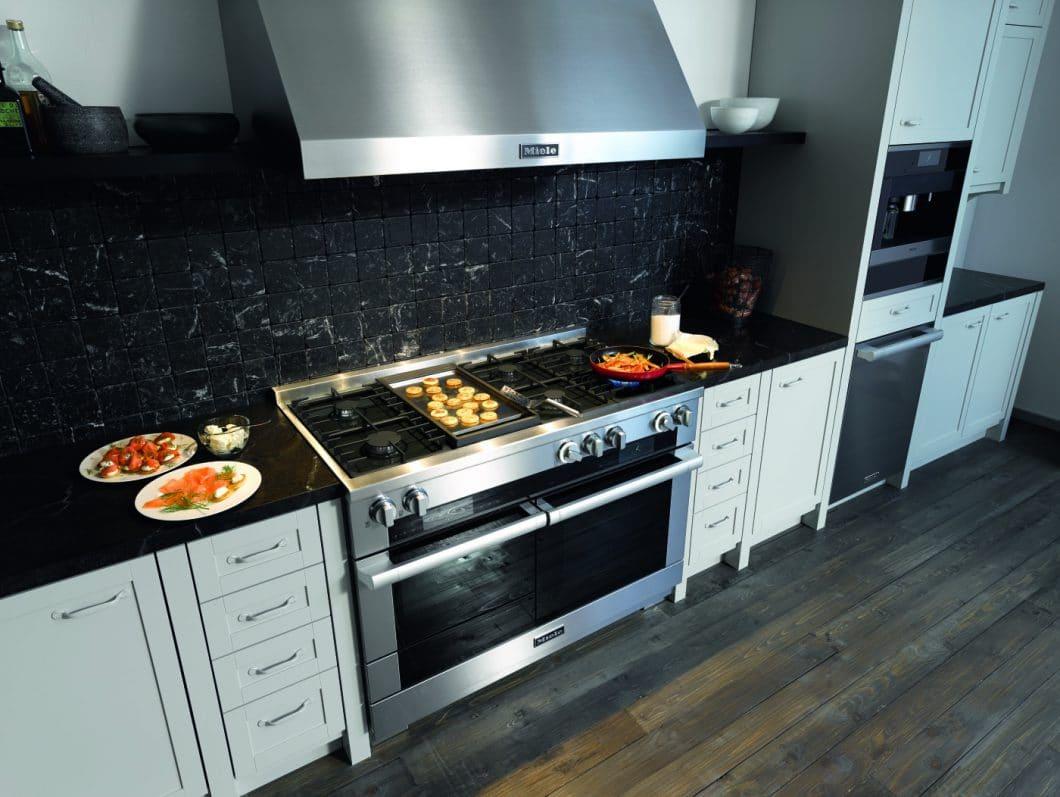Für den deutschen Markt positioniert sich nun auch Miele mit seinem Modell des Range Cookers. Die Geräte sind gefragter denn je, werden vorerst aber noch auf Anfrage produziert. (Foto: Miele)