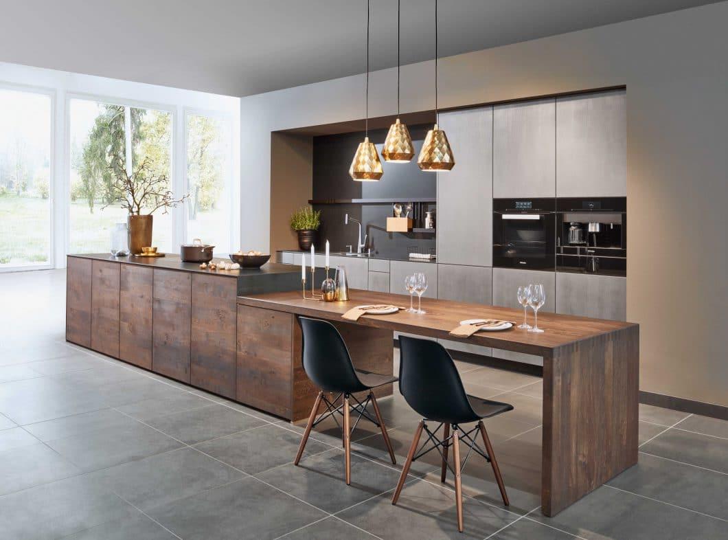 Holz zählt zu den wichtigsten Materialien bei zeyko. Die Firma verwendet hierfür Edelfurniere 11 verschiedener Holzarten, so z.B. beim Modell Forum Metal X2 eine Mooreichen-Beizung auf dem Eichenholz der Forum 3-Schicht. (Foto: zeyko)