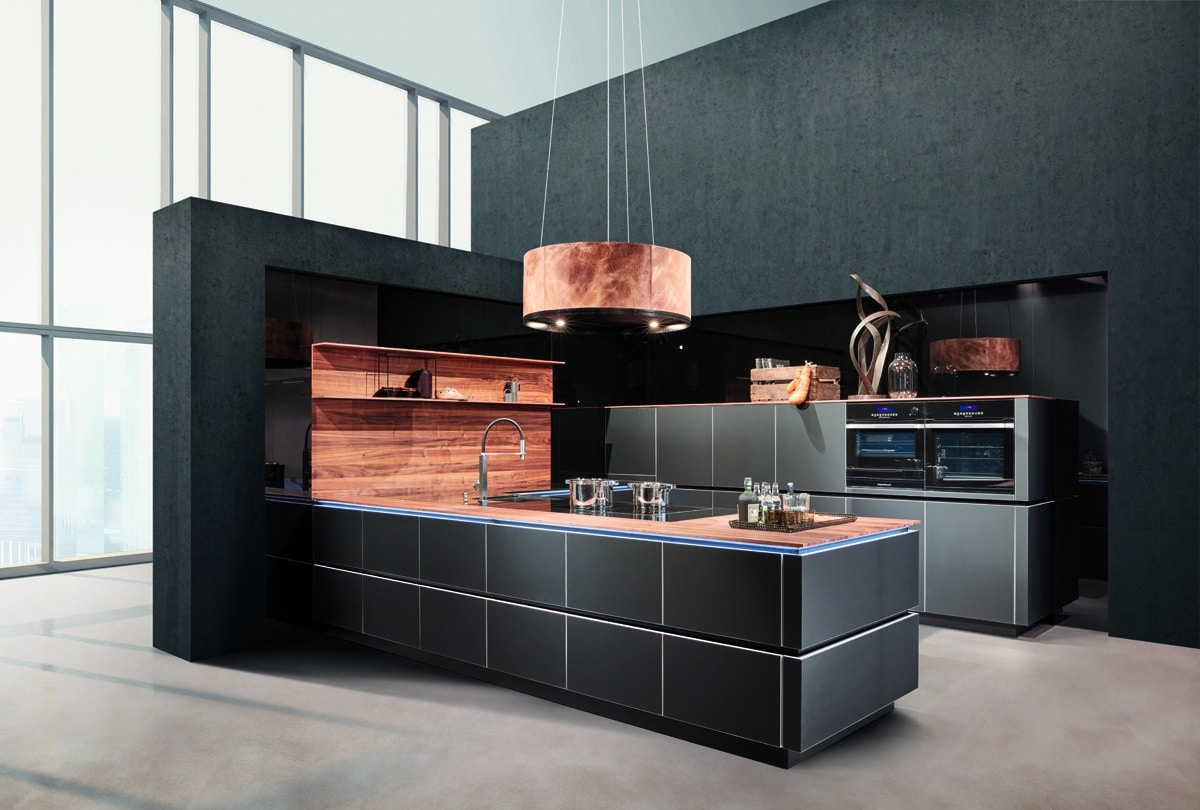 Diese hochwertige zeyko-Küche ist ein Zusammenspiel aus eleganten - und vor allem natürlichen - Materialien: Nussbaum, satiniertes Weißglas und mattschwarze Oberflächen bilden einen beeindruckenden Kontrast. (Foto: zeyko)