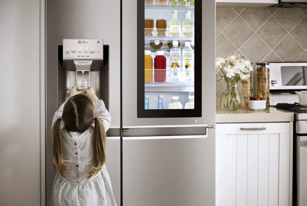 Nach zweimaligem Klopfen auf das LED-Displays des Kühlschranks wird dieses durchsichtig und lässt den Benutzer - ohne die Tür zu öffnen und damit Energie zu verschwenden - ins Innere blicken. (Foto: LG Electronics)