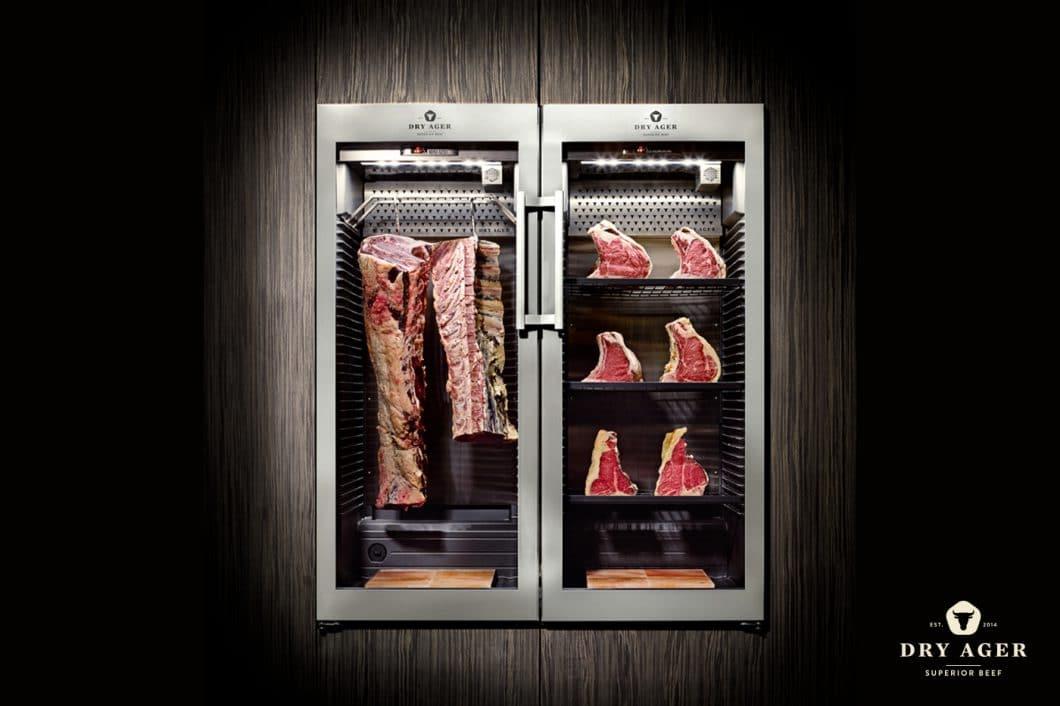 Fleisch im Dry Ager kann wahlweise hängend oder (in der kleinen Version) liegend gelagert werden. Das Gerät wurde nicht nur aufgrund seiner Funktionalität, sondern auch dank des modernen und zeitlosen Äußeren mit zwei Designpreisen bedacht. (Foto: Dry Ager)