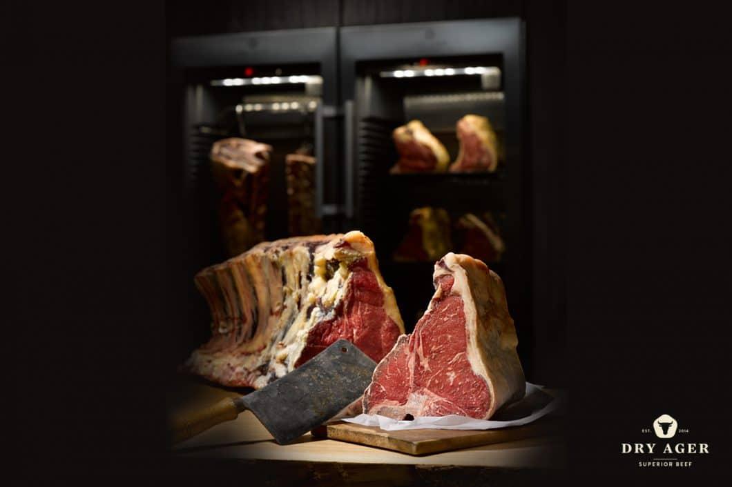 Das Fleisch erhält im Dry Ager zunächst eine harte, dunkle Kruste. Je länger das Stück reift, desto intensiver werden die Aromen. (Foto: Dry Ager)