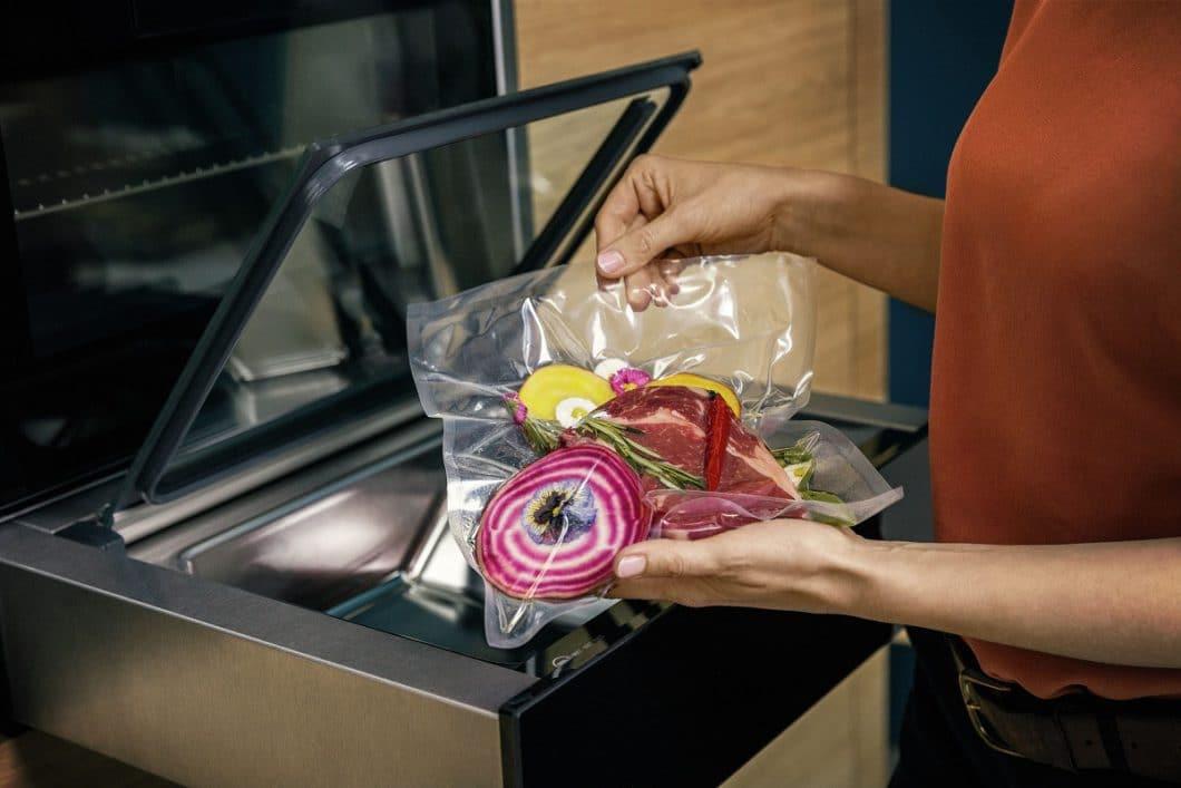 Mit seiner Vakuumierschublade lässt Neff Menüs oder einzelne Lebensmittel in Sekundenschnelle luftdicht verschließen, die damit wahlweise haltbar gemacht werden oder sanft schonend gegart werden können. (Foto: Neff)