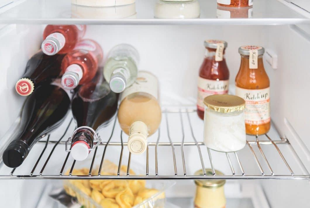 Das flexible Flaschengitter von Neff erlaubt es, unterschiedlich geformte Flaschen bequem nebeneinander zu lagern. Doch auch normale Lebensmittel haben auf dem Gitter Platz. (Foto: Neff)