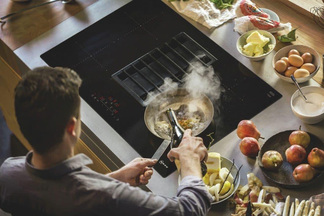 Der Kochfeldabzug von Neff korreliert nicht nur mit der jeweiligen Leistungsstufe, sondern kann als gusseiserner Rost auch als Untersetzer für heiße Töpfe und Pfannen benutzt werden. (Foto: Neff)