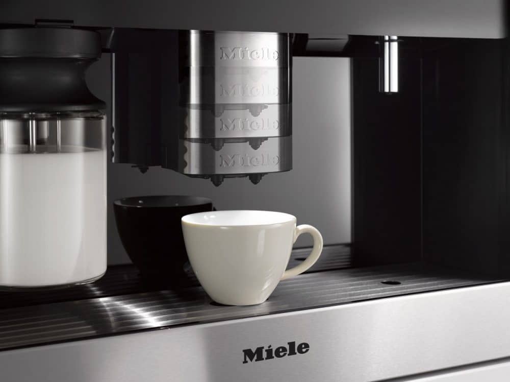 Der CupSensor erkennt die Tassenhöhe des Getränks automatisch und fährt den Zentralauslauf in die richtige Position, um unnötiges Spritzen zu vermeiden. (Foto: Miele)