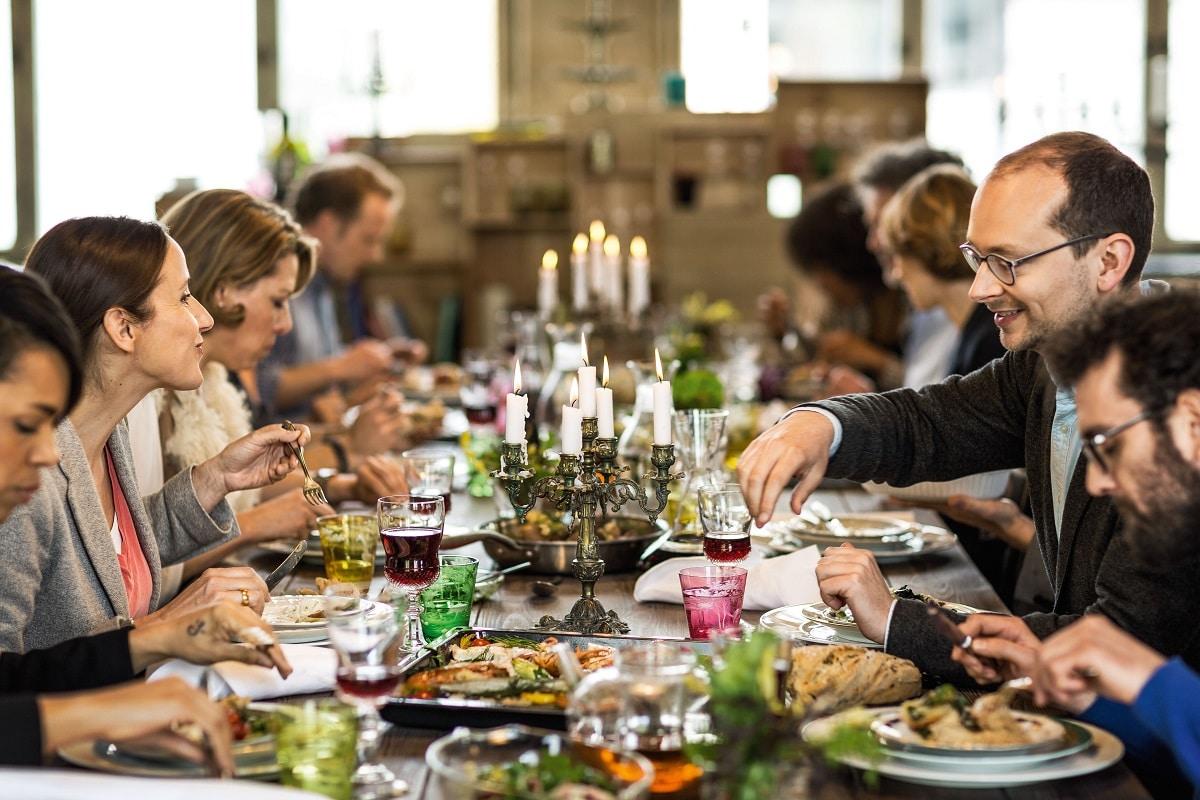 Neff hat sich als fröhliche bunte Familien- und Freundesmarke etabliert: Das Unternehmen zelebriert das gemeinsame Kochen und Essen mit stimmungsvollen Bildern, die Lust auf die Küche machen. (Foto: Neff)