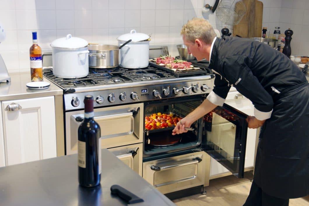 Ein Range Cooker bietet nicht nur ein großzügiges Kochfeld on top, sondern auch mehrere Garräume, in denen großflächige Lebensmittel zubereitet werden können. (Foto: Smeg)