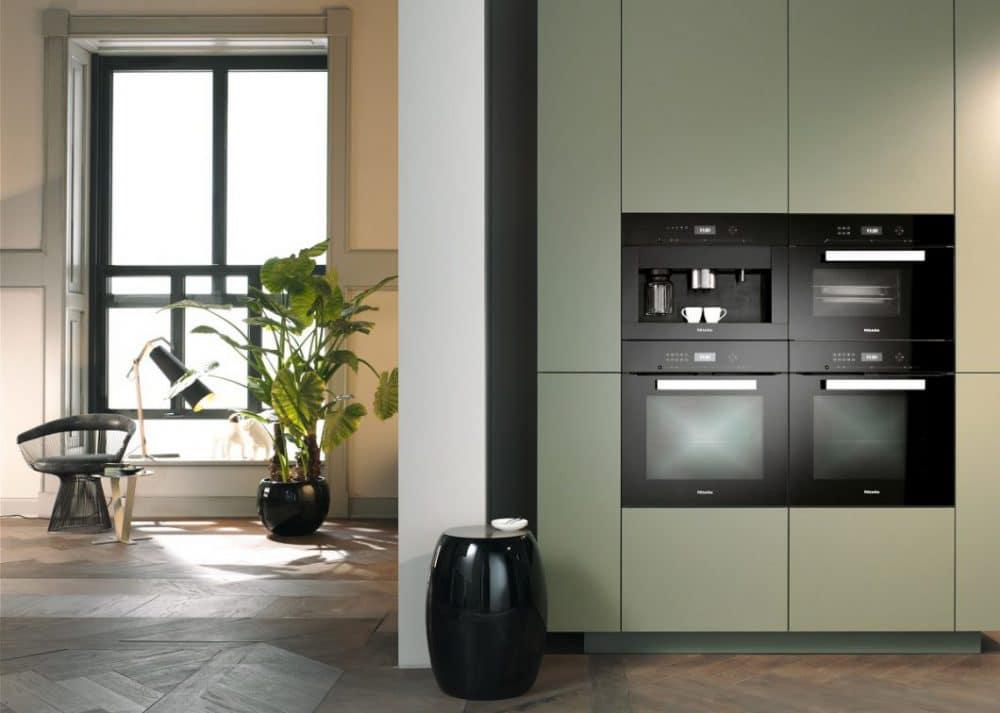 Wie alle anderen Einbaugeräte der PureLine fügen sich auch die Miele Einbau-Kaffeevollautomaten flächenbündig in den Geräteschrank der Küche ein und sorgen für ein ästhetisches Küchenbild. (Foto: Miele)