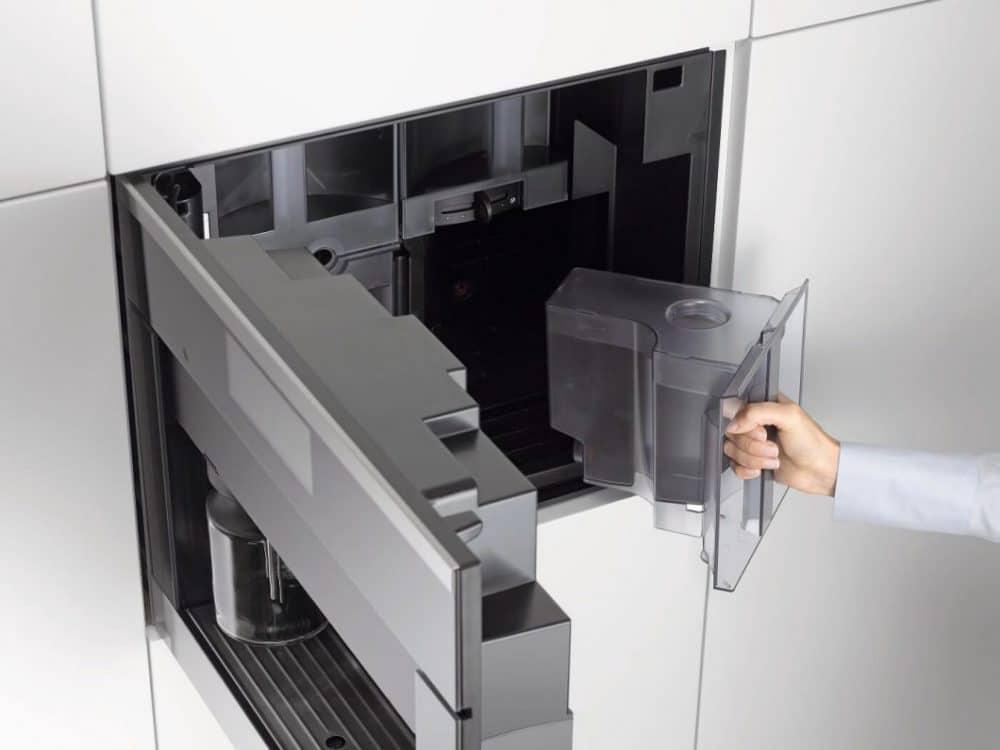 Die ComfortDoor der Miele Einbau-Kaffeevollautomaten ermöglicht den schnellen Zugriff auf Bohnen, Wassertank und Restebehälter. (Foto: Miele/ Appliance Superstore.co.uk)