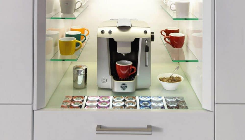 Das Kaffeemodul, das ewe als Nische direkt in den Schrank integriert, erzeugt morgens schon wohlige Duftnoten für Kaffeeliebhaber. Hier lassen sich auch Toaster oder Küchenmaschine verstauen. (Foto: ewe)