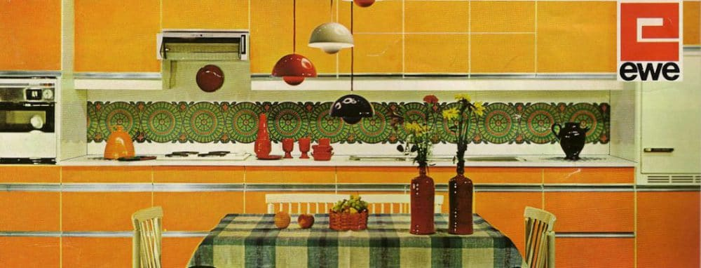 Bereits in den 70er Jahren schuf ewe eine der ersten grifflosen und offenen Küchen, die sich auf puristische Weise an damaligen - farbenfrohen - Designtrends orientierten. (Foto: ewe)