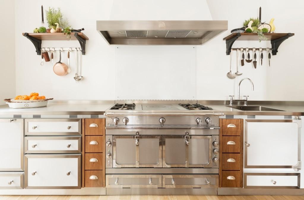 """Die prächtigen Koch-Back-Kombinationen von La Cornue werden unter dem Namen """"Châteaux"""" vertrieben. Das bedeutet """"Schloss"""" und drückt den eleganten Anspruch an Geräte dieser Art an. (Foto: La Cornue)"""