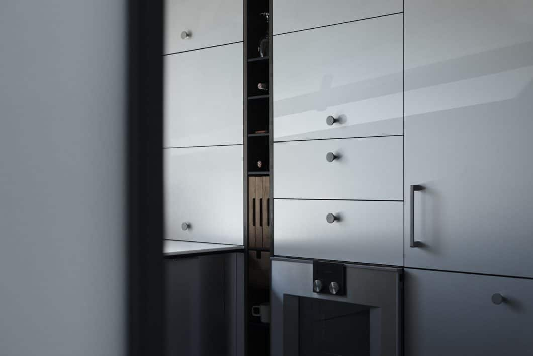 """Neue Stauraummöglichkeiten für die Küche bietet der """"Vertical Bar Block"""" an, der in schmale Nischen raffiniert integriert werden kann. (Foto: Henrybuilt)"""