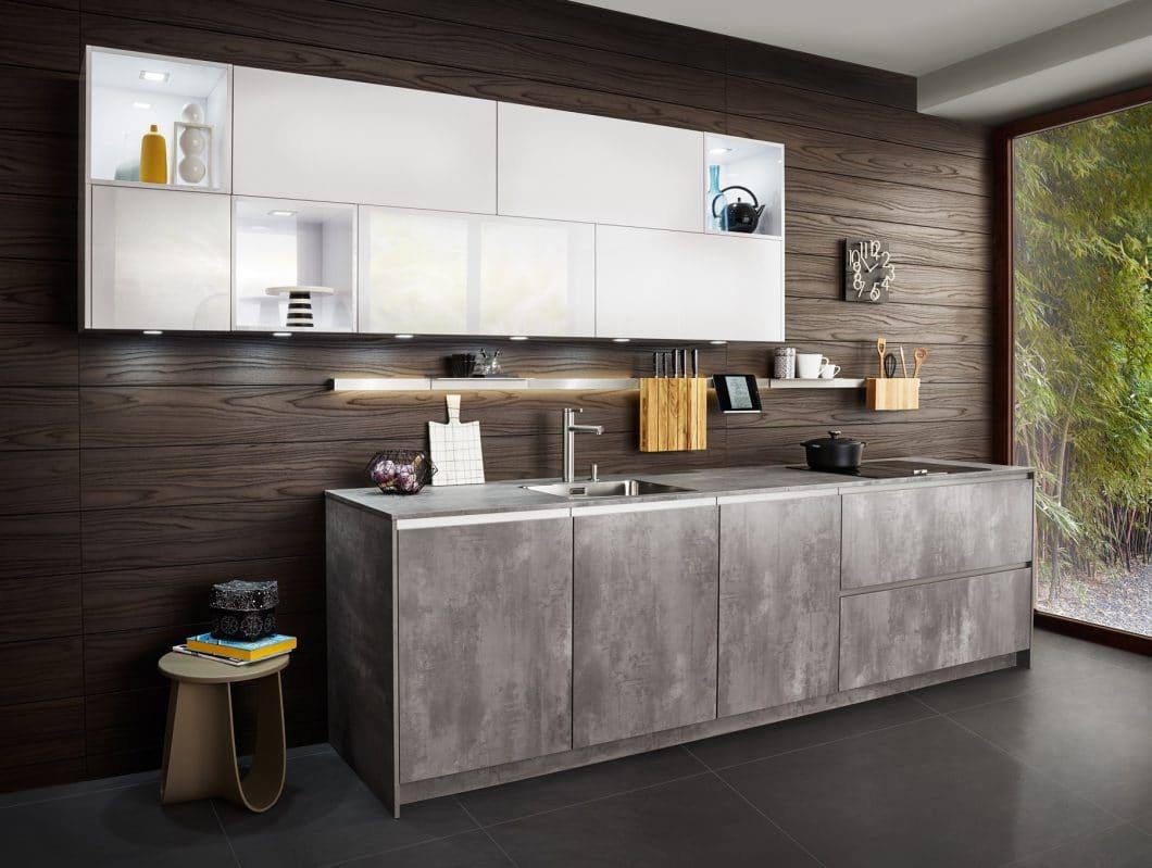 """Offene Küchen sind beim Kunden längst angekommen als """"Trend"""". Nun gilt es, Einrichtungsideen für diese offenen Küchen zu liefern - mit der variablen Rückwand zeigt LEICHT, wie's geht. (Foto: LEICHT)"""