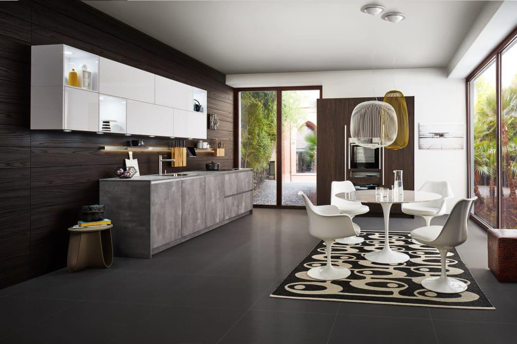 Die variable Rückwand ist ein clever durchdachtes Rückwandsystem, mit dem LEICHT vor allem auch Besitzer kleinerer Küchen ansprechen will. (Foto: LEICHT)