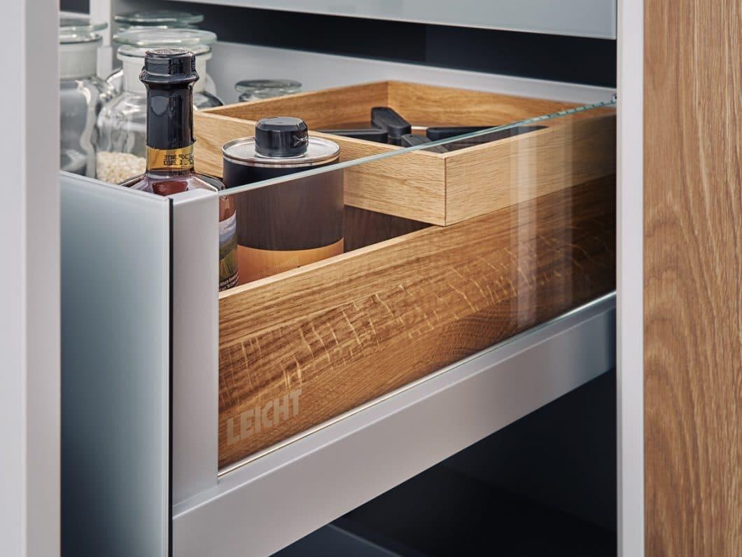Die hochwertigen, gläsernen Seitenwangen geben den Blick auf das Staugut frei. Im von LEICHT entwickelten L-Box-Ausstattungssystem hat alles seine Ordnung. (Foto: LEICHT)