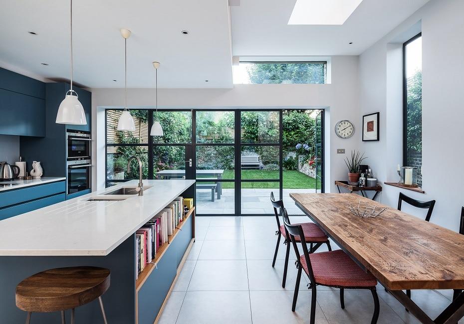 Bunt, ja bunt, sind alle meine Küchen: Farbe im Küchenraum bringt Leben in die Bude und lässt eine große Küche charakteristisch und wohnlich erscheinen. (Foto: Ormiston Grove Architects.au)