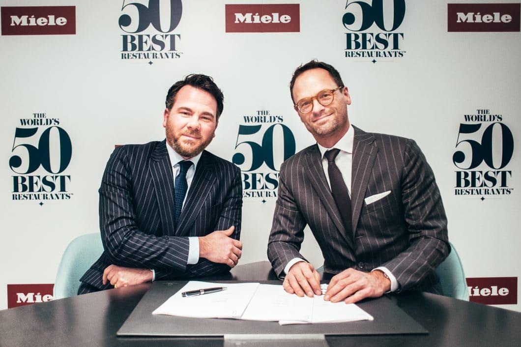 Tim Brooke-Webb, Managing Director der The World's 50 Best Restaurants, und Dr. Axel Kniehl (re.), Geschäftsführer Marketing & Vertrieb der Miele-Gruppe, haben das dreijährige Partnerschaftsabkommen unterzeichnet. (Foto: Miele)
