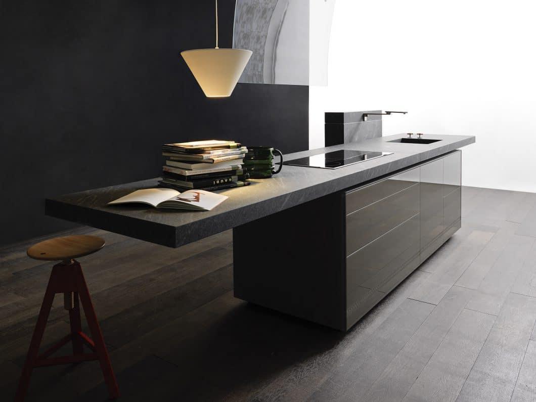Die Arbeitsplatte ist nicht nur eine der meistgenutzten Oberflächen in der Küche, sondern wirkt sich in ihrer Gestaltung - farblich, dick, dünn, mit Überhang - auch merklich auf den Stil der Küche aus. Eine Renovierung der Küche kann das Gesamtbild daher komplett ändern. (Foto: Valcucine)