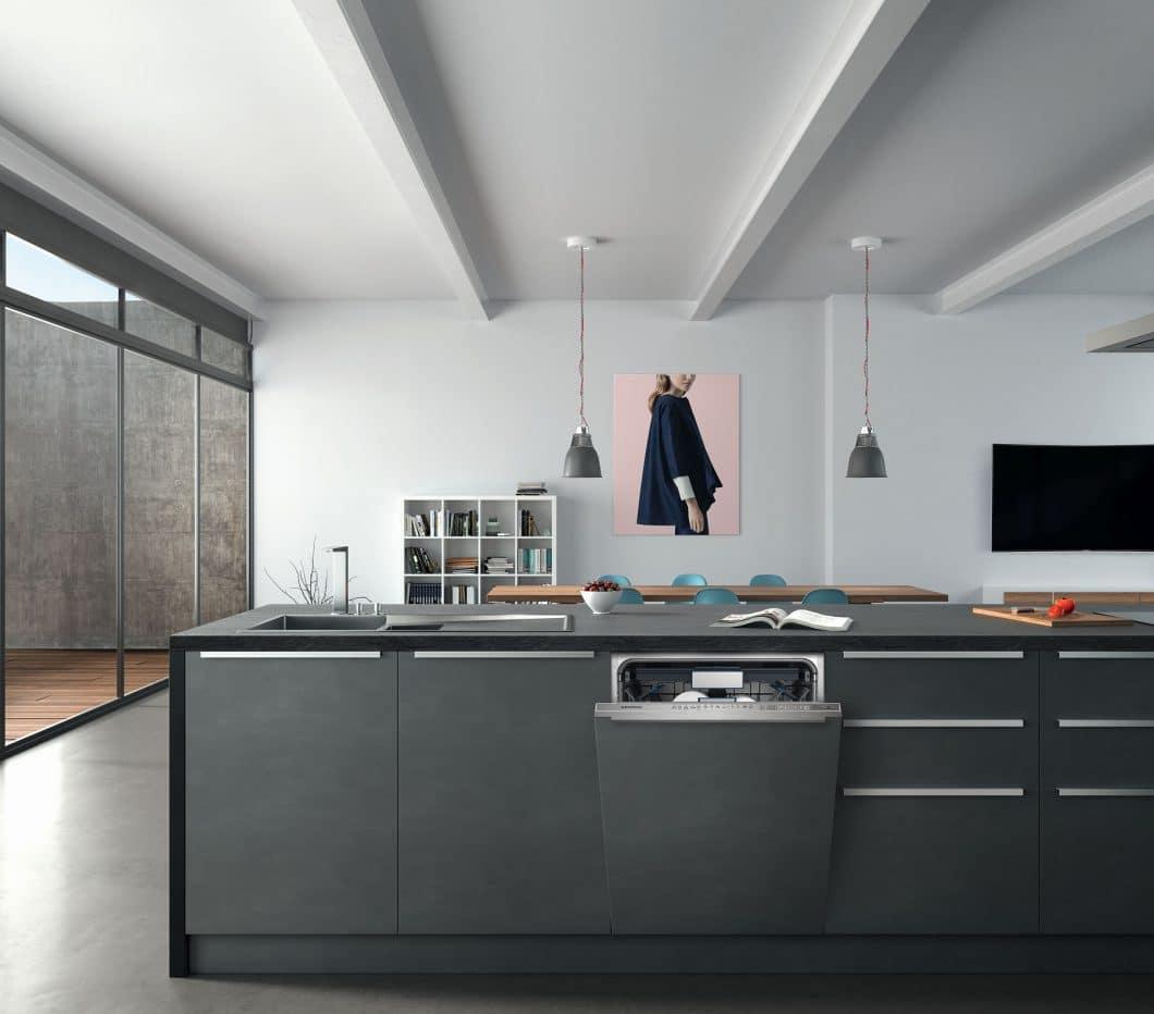 Der XXL-Geschirrspüler von Grundig fügt sich nahtlos dank Vollintegration ins Küchenbild ein. Im Inneren bietet er äußerst viel Platz für bis zu 3 Backbleche. (Foto: Grundig)