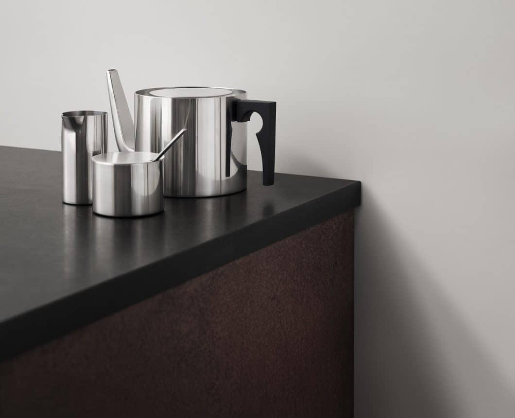"""Kaffeekanne, Zuckerdose, Milchkännchen: Die puristische Kollektion """"Cylinda Line"""" von Arne Jacobsen ist trotz ihres 50-jährigen Bestehens so zeitlos wie zeitgemäß zugleich. (Foto: Stelton)"""