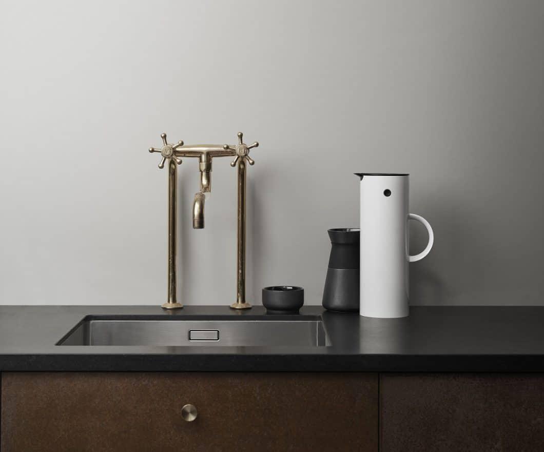 Kantig, präzise, formvollendet: Die EM 77 Isolierkanne von Erik Magnussen ist ein schönes Objekt für moderne, puristische Küchen. (Foto: Stelton)