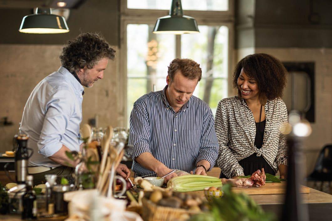 Wenn Sie schon nicht der Typ für eine offene Küche sind, dann ja vielleicht der Typ zum Kochen mit Freunden? Beim gemeinsamen Zubereiten fällt das Chaos jedenfalls weniger auf. (Foto: Neff)