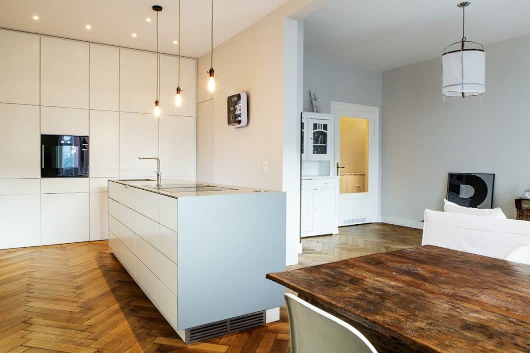 Ein offener Küchenraum sollte tendenziell aufgeräumt sein. Wenn Sie aus diesen Gründen nicht der Typ für eine offene Küche sind, wählen Sie die Version mit Mauervorsprung, sodass nur teilweise Einblick gewährt wird. (Foto: bespoke.eu)